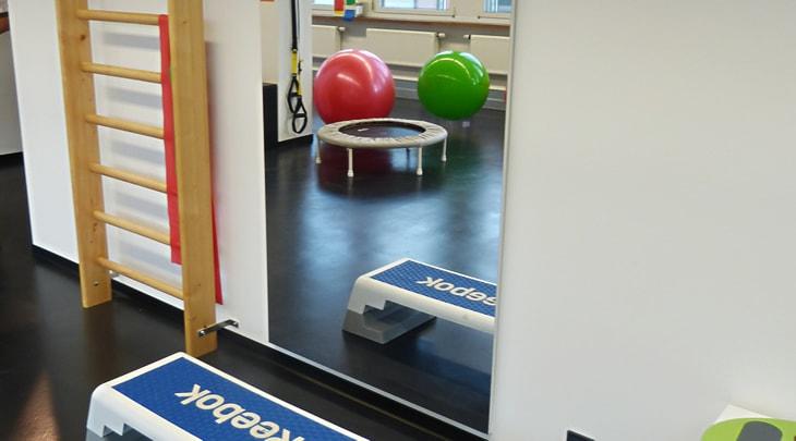 Übungsgeräte, Sprossenwand, Trampolin, Gymnastikbälle, Spiegel - Ambulante Physiotherapie Stuttgart