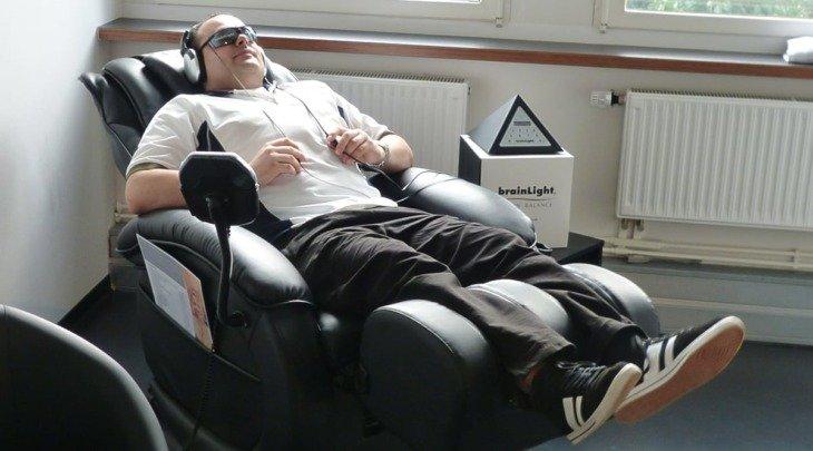 Benjamin Schwank entspannt sich in seiner stuttgarter Praxis im brainlight-Sessel mit audio-visueller Entspannungstechnologie.